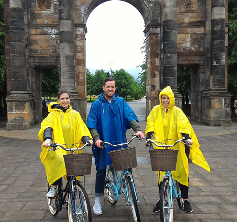 sightseeing glasgow by Bike 3 ozzies with ponchos
